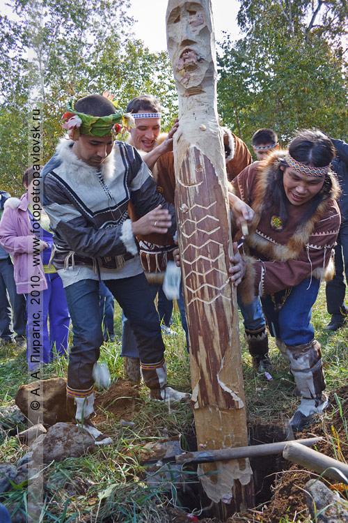 """Фотография: участники обряда очищения вкапывают фигуру ительменского Бога лососевых рыб Хантай (жертвенный столб) в землю. Праздник """"Алхалалалай"""""""