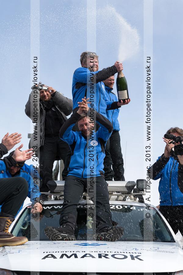 """Фотография: участники полярной автомобильной экспедиции """"Амарок. Путь северного волка"""" пьют шампанское на крыше автомобиля Volkswagen Amarok"""