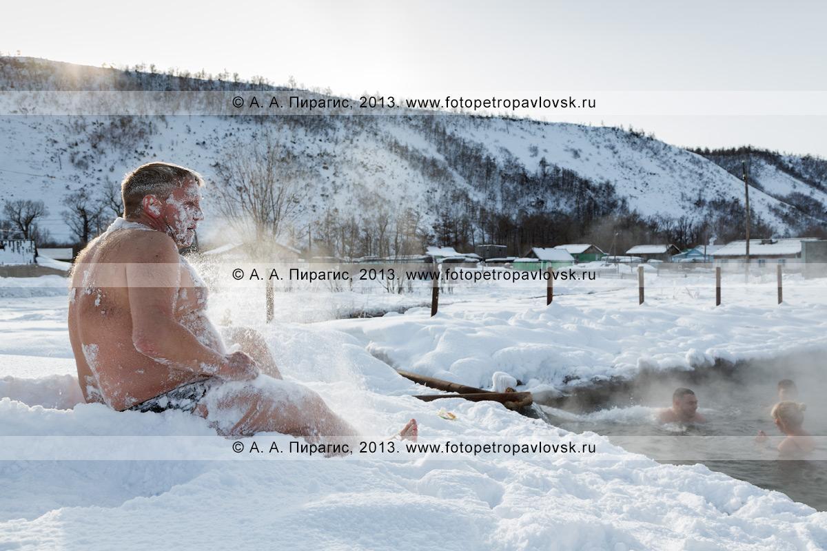 """Фотография: """"снежная ванна"""" возле бассейна с термальной водой в селе Анавгай на Камчатке"""