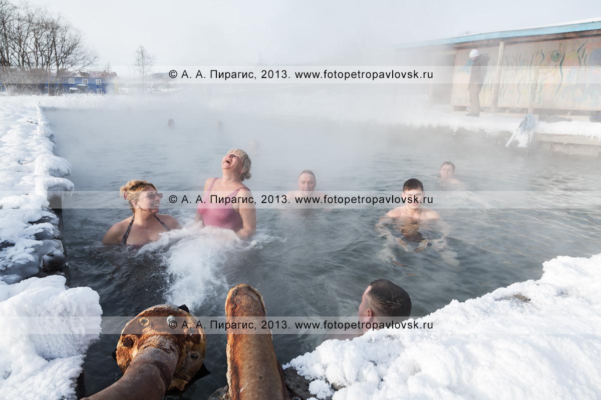 Фотография: туристы купаются в бассейне с термальной водой в селе Анавгай (Камчатский край, Быстринский район)