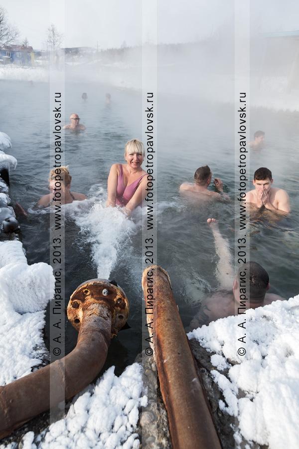 Фотография: зимнее купание в бассейне с термальной водой в селе Анавгай (Камчатка, Быстринский район)
