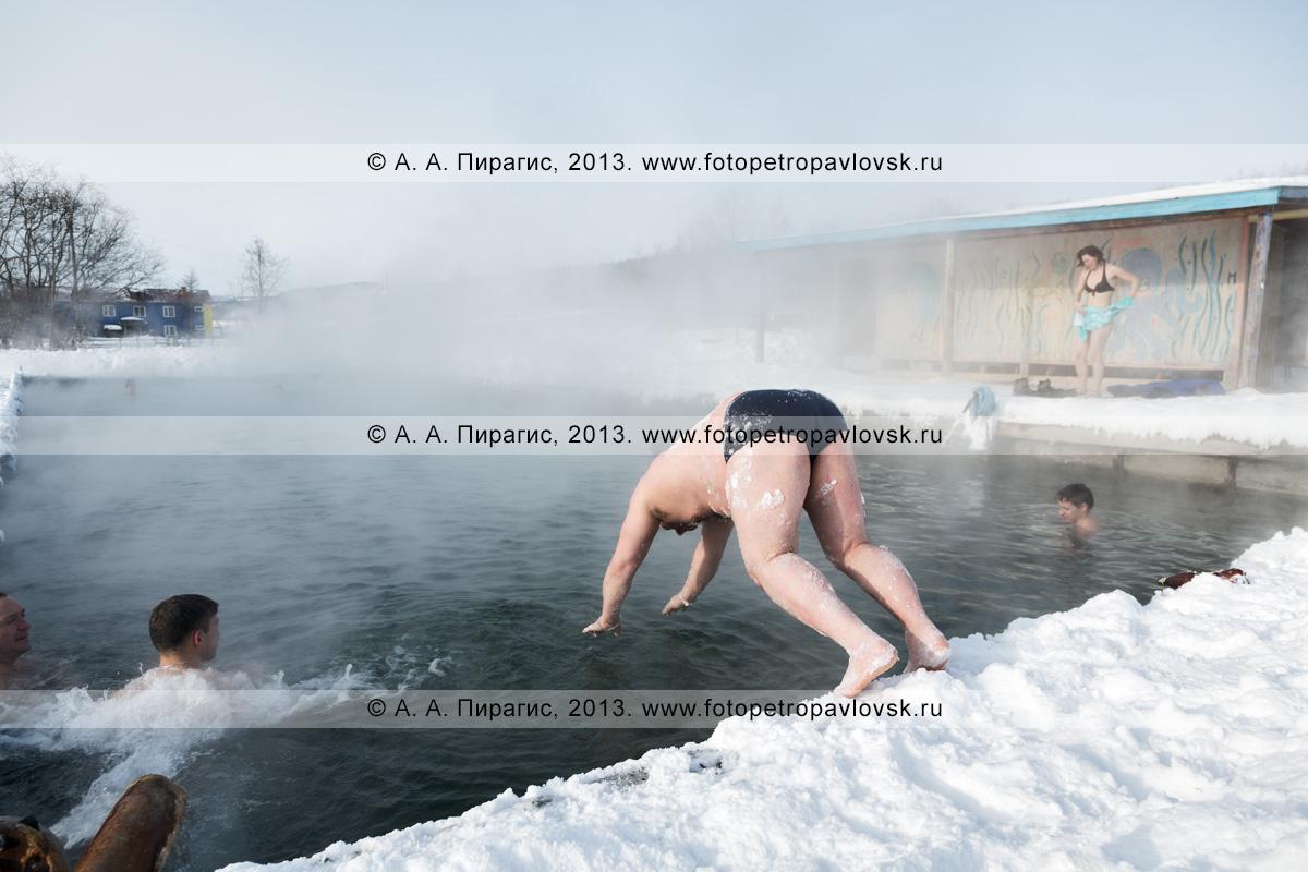 Фотография: турист ныряет в бассейн с термальной водой в селе Анавгай на Камчатке
