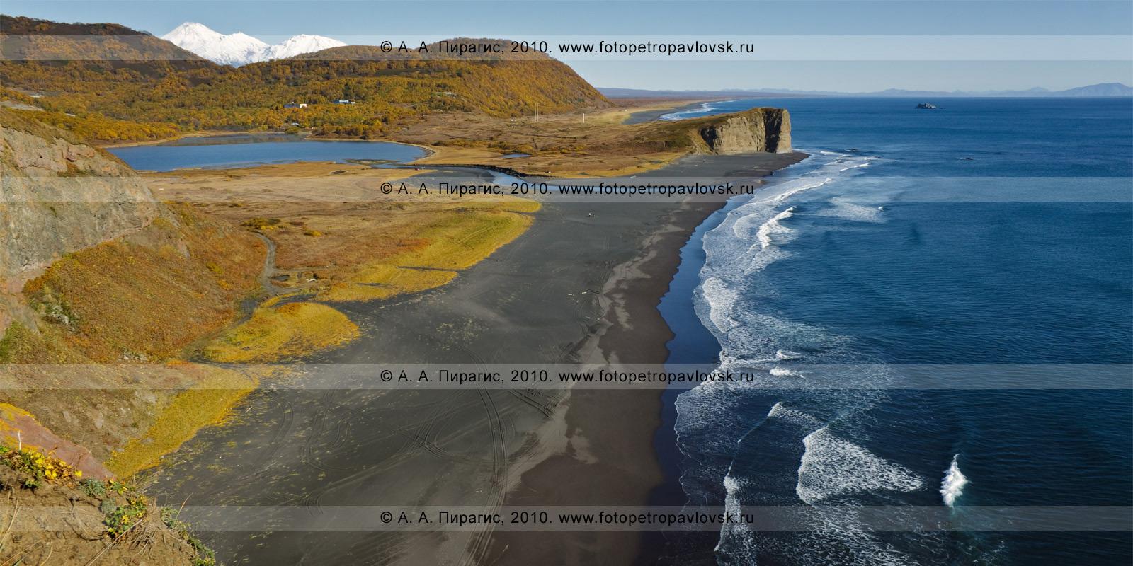 Фотография: Англичанка. Слева — озеро Мелкое, выступает в Авачинский залив — мыс Первый, справа в Авачинском заливе — остров Скала Ворота, на заднем плане — Авачинский и Козельский вулканы