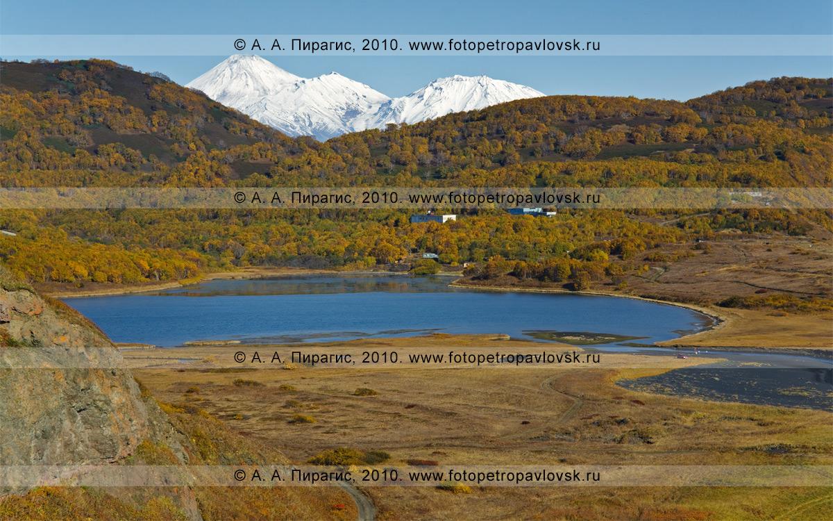 Фотография: Англичанка, озеро Мелкое, на заднем плане — вулканы Авачинский и Козельский