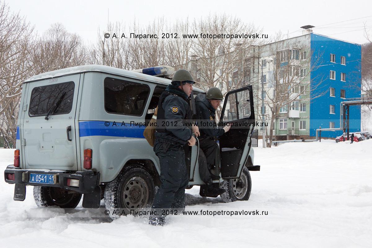Фотография: наряд полиции, прибывший на место захвата группой вооруженных лиц здания избирательной комиссии с персоналом. Антитеррористические учения по пресечению теракта на объекте массового пребывания людей. Камчатский край, город Петропавловск-Камчатский