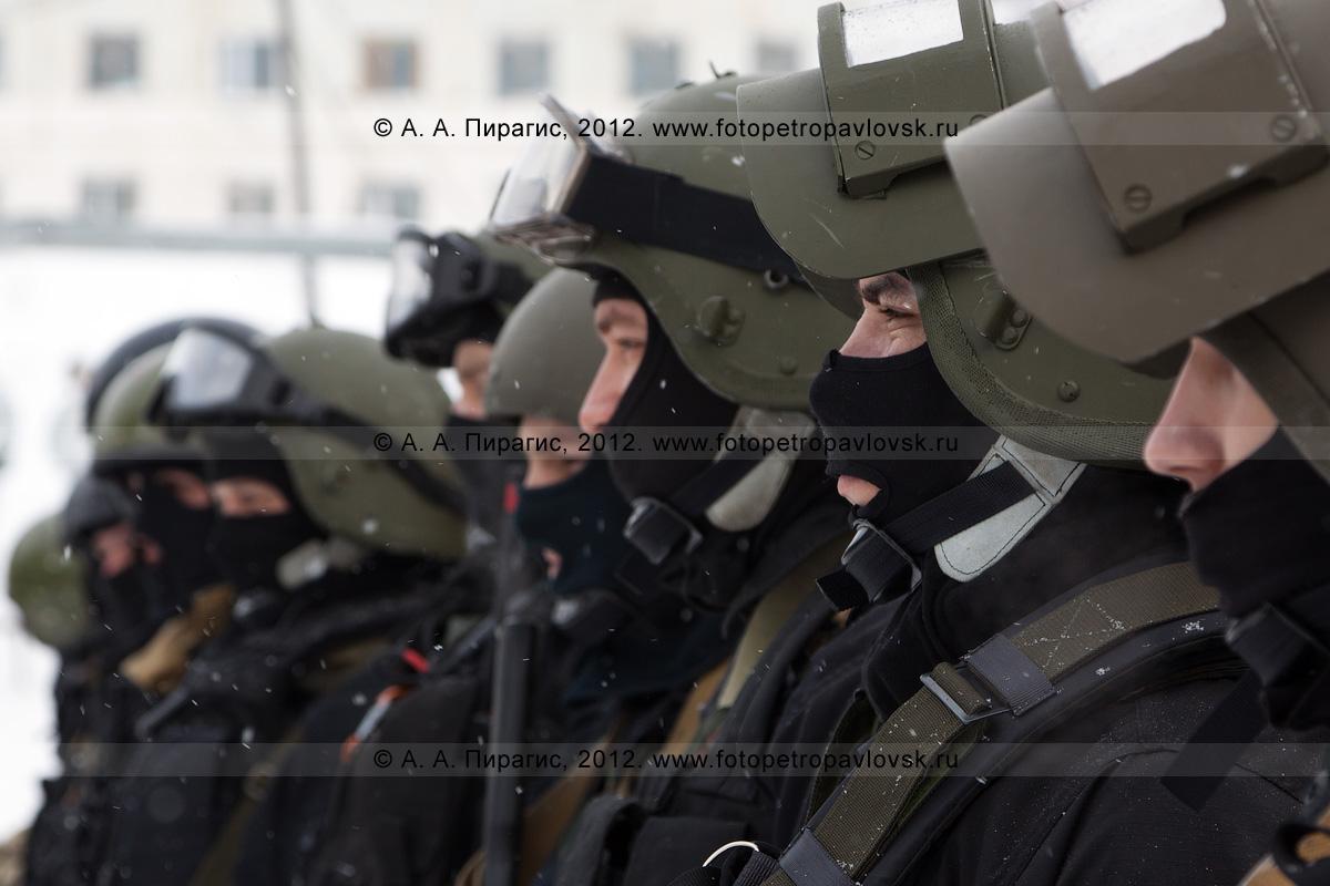 Фотография: бойцы спецназа в боевой готовности для проведения контртеррористической операции. Антитеррористические учения по пресечению теракта на объекте массового пребывания людей. Камчатский край, город Петропавловск-Камчатский