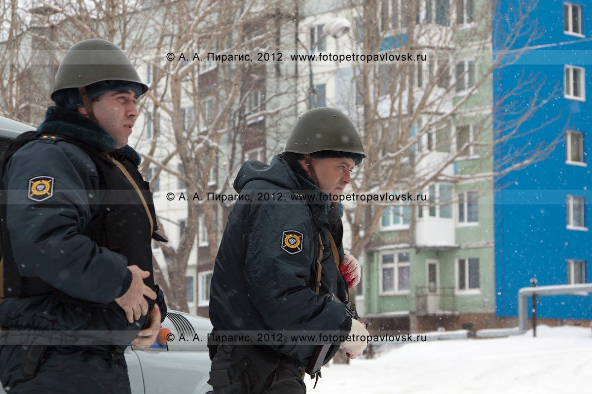 Фотография: полицейские идут к террористам, чтобы выяснить ситуацию и узнать их требования. Антитеррористические учения по пресечению теракта на объекте массового пребывания людей. Камчатский край, город Петропавловск-Камчатский