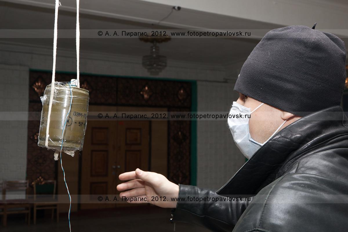 Фотография: террорист возле взрывного устройства (бомбы) на избирательном участке. Антитеррористические учения по пресечению теракта на объекте массового пребывания людей. Камчатский край, город Петропавловск-Камчатский