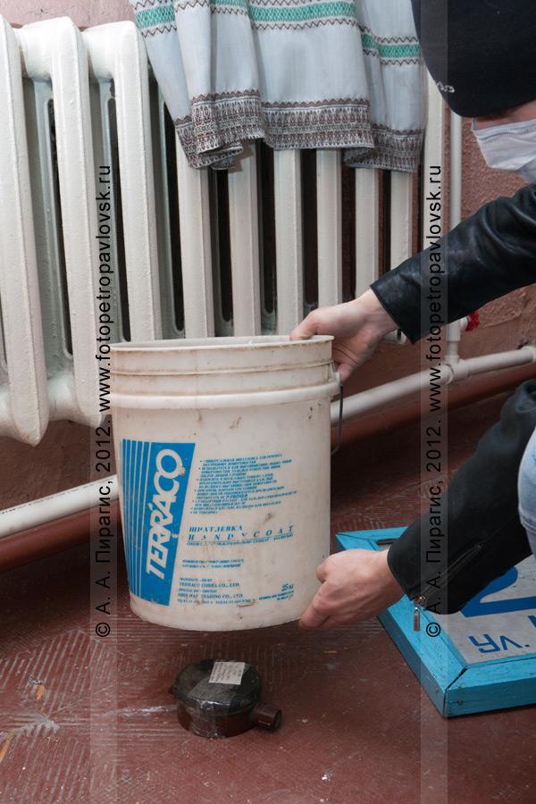 Фотография: террорист устанавливает мину-ловушку на избирательном участке. Антитеррористические учения по пресечению теракта на объекте массового пребывания людей. Камчатский край, город Петропавловск-Камчатский