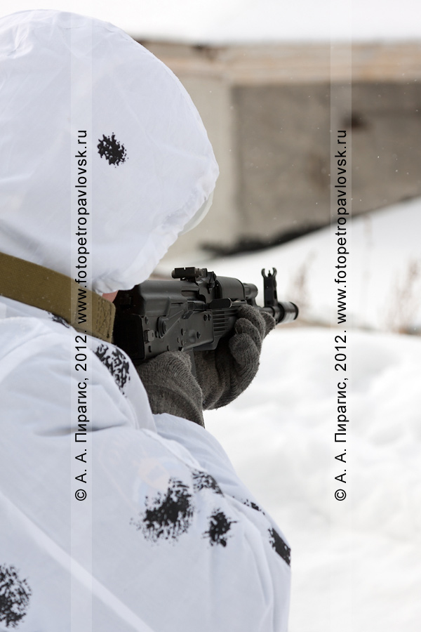 Фотография: блокировка преступников, захвативших здание избирательного участка. Антитеррористические учения по пресечению теракта на объекте массового пребывания людей. Камчатский край, город Петропавловск-Камчатский