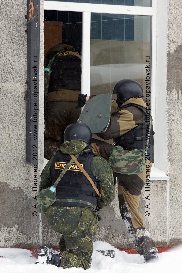 Фотография: бойцы спецназа штурмуют захваченное террористами здание. Антитеррористические учения по пресечению теракта на объекте массового пребывания людей. Камчатский край, город Петропавловск-Камчатский