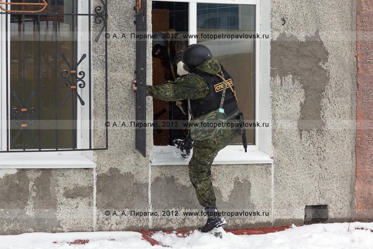 Фотография: штурм спецназом захваченного террористами здания. Антитеррористические учения по пресечению теракта на объекте массового пребывания людей. Камчатский край, город Петропавловск-Камчатский
