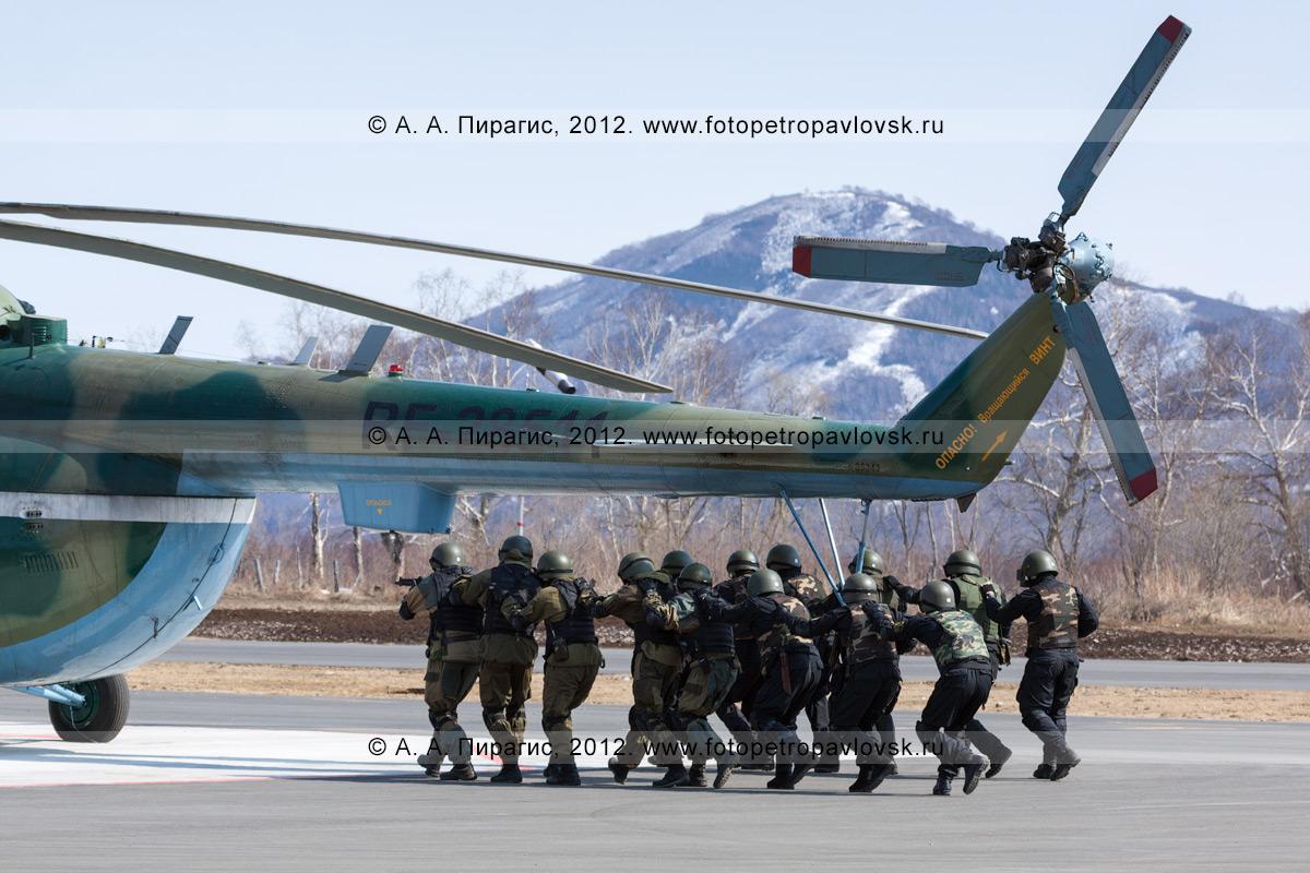 Фотография: спецназ штурмует захваченный террористами вертолет с экипажем на борту. Контртеррористические учения по пресечению теракта на объекте воздушного транспорта