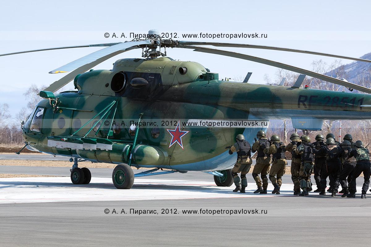 Фотография: штурм спецназом вертолета МИ-8, захваченного террористами. Контртеррористические учения по пресечению теракта на объекте воздушного транспорта