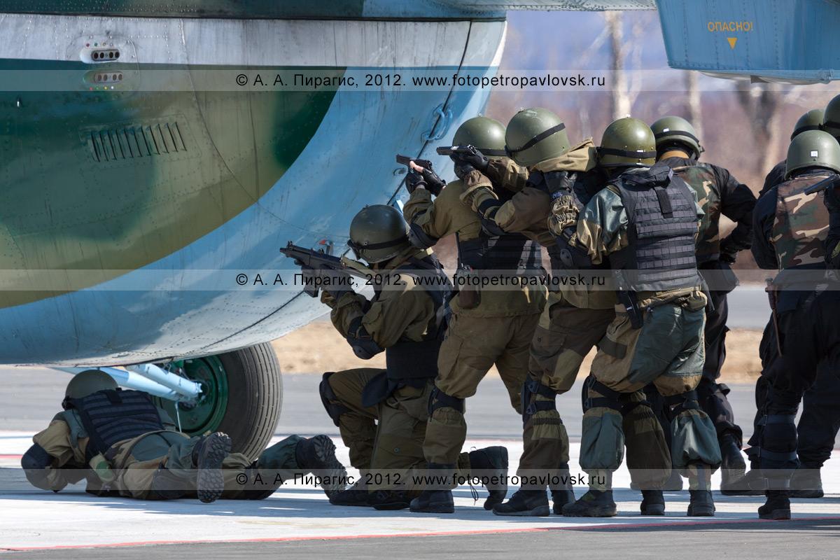 Фотография: бойцы спецназа штурмуют вертолет, захваченный террористами. Контртеррористические учения по пресечению теракта на объекте воздушного транспорта