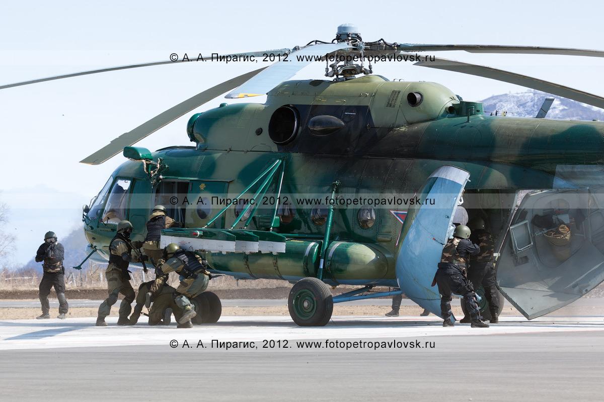 Фотография: спецназ врывается в захваченный террористами вертолет МИ-8, чтобы пресечь террористический акт, задержать террористов и освободить заложников