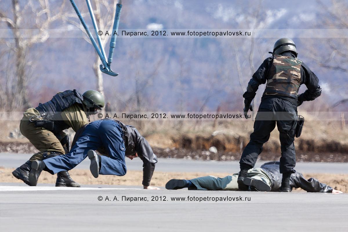 Фотография: бойцы спецназа обездвиживают террористов на взлетной полосе аэропорта. Контртеррористические учения по пресечению теракта на объекте воздушного транспорта