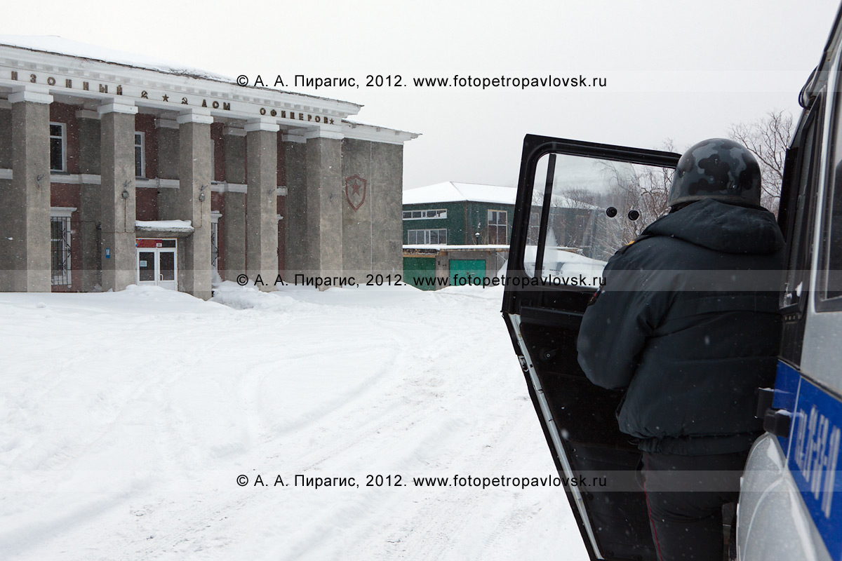 Фотография: полицейский наблюдает за захваченным террористами зданием Петропавловск-Камчатского офицерского клуба. Антитеррористические учения по пресечению теракта на объекте массового пребывания людей. Камчатский край, город Петропавловск-Камчатский