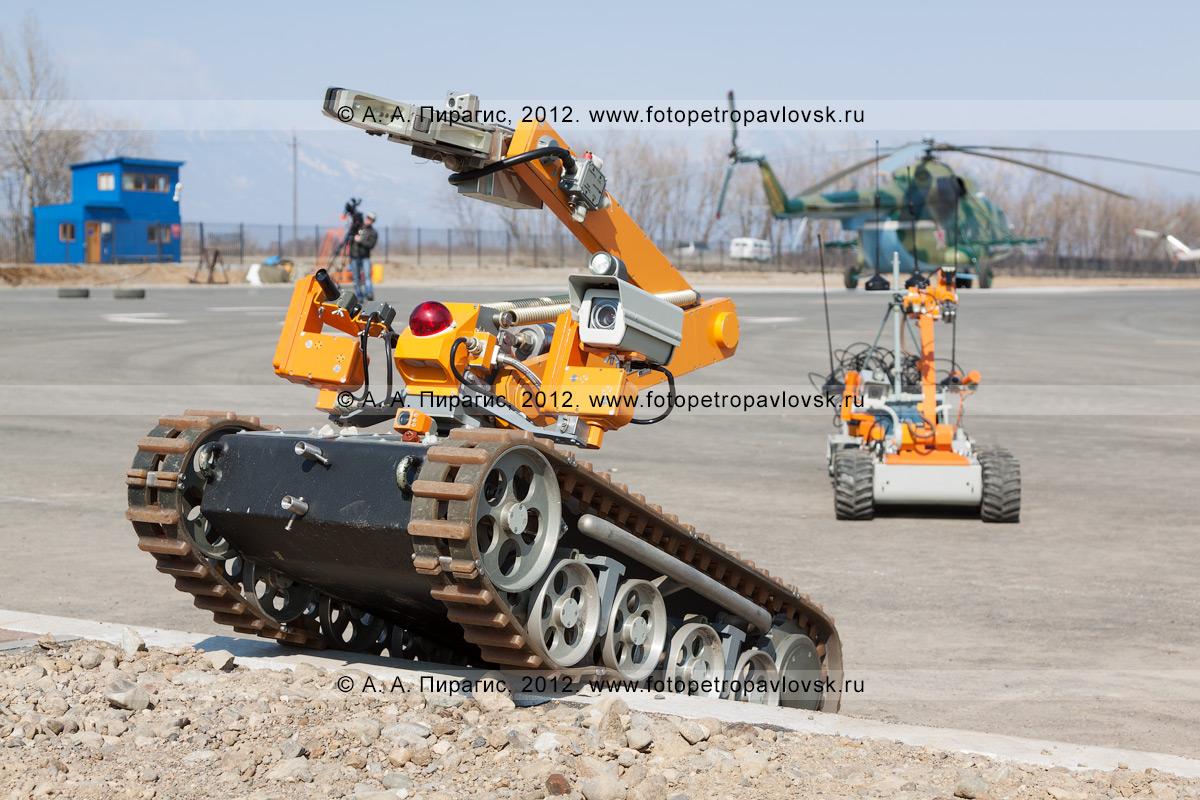 """Фотография: роботы-саперы """"Варан"""", после выполнения боевой задачи, преодолевая препятствия, возвращаются на базу. Контртеррористические учения по пресечению теракта на объекте воздушного транспорта"""