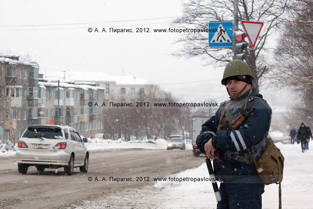 Фотография: сотрудник дорожно-патрульной службы (ДПС), блокирующий подъезд автотранспорта к месту происшествия. Антитеррористические учения по пресечению теракта на объекте массового пребывания людей. Камчатский край, город Петропавловск-Камчатский