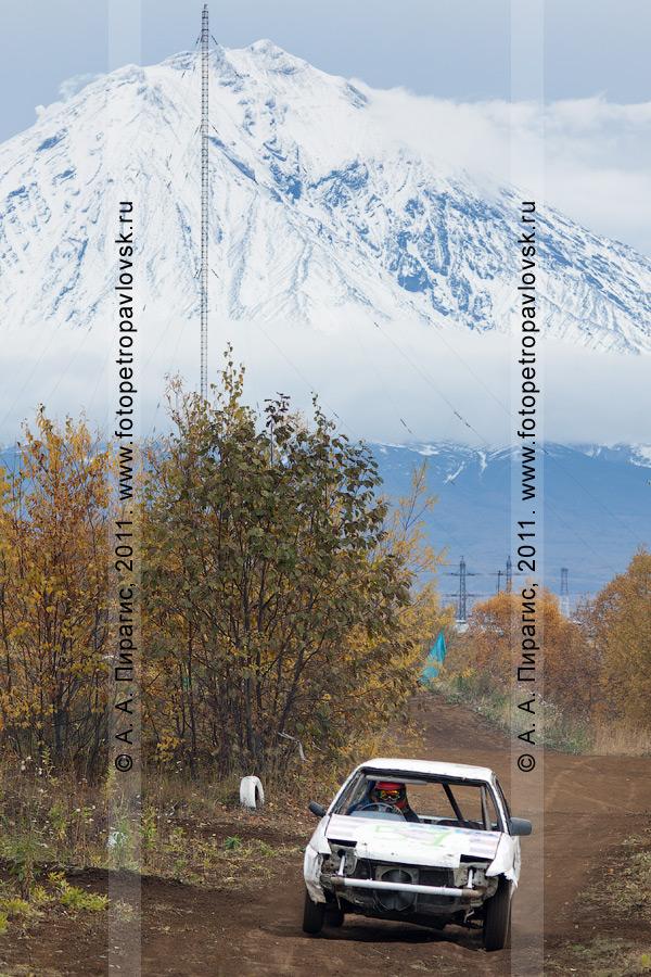 Фотография: автокросс на Камчатке — гоночный автомобиль мчится по спортивной грунтовой автотрассе в городе Елизово