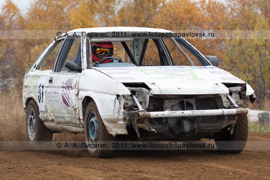 Фотография: спортивный автомобиль на грунтовой автотрассе. Соревнования по автокроссу на Камчатке в городе Елизово