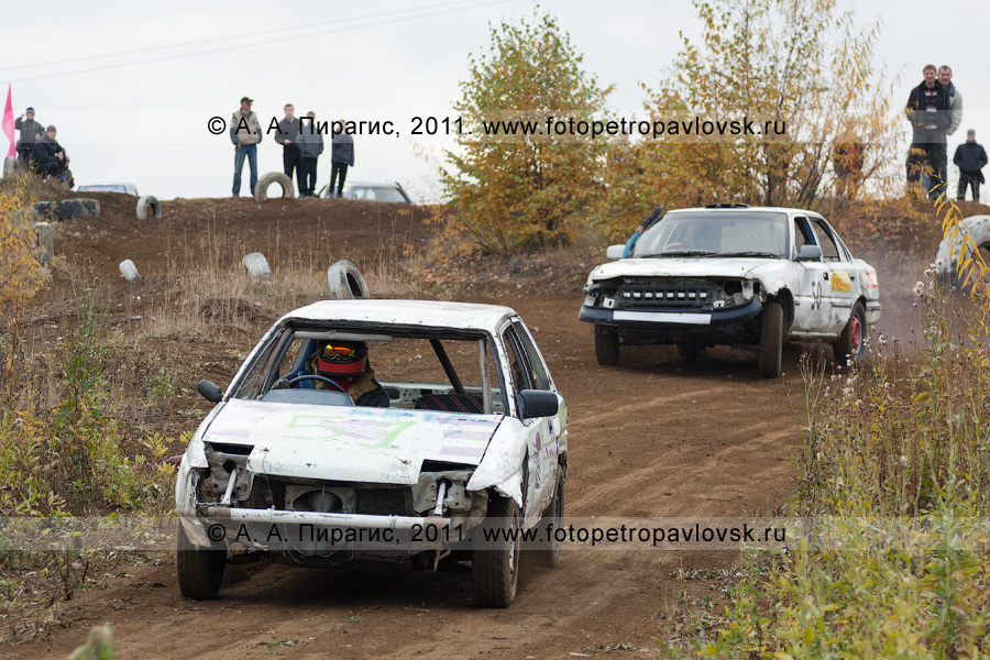 Фотография: спортивные автомобили на гоночной автотрассе. Соревнования по автокроссу в Камчатском крае (город Елизово)