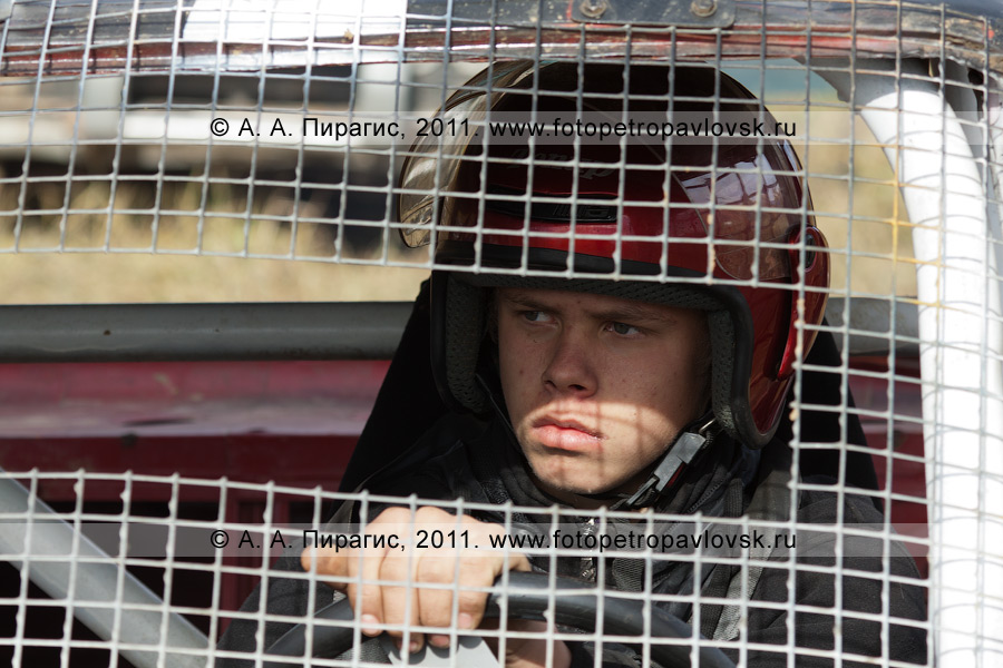 Фотография: камчатский автогонщик за рулем спортивного автомобиля. Соревнования по автокроссу на Камчатке (город Елизово)