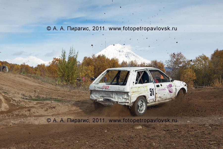 Фотография: автокросс в Камчатском крае — спортивный гоночный автомобиль делает крутой вираж. Соревнования по автомобильному спорту в городе Елизово