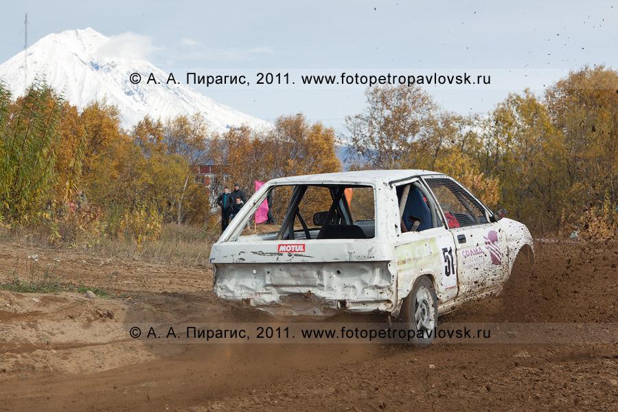 Фотография: камчатский автокросс. Спортивный гоночный автомобиль делает крутой вираж на грунтовой автотрассе в Елизово. Соревнования по автомобильному спорту на Камчатке