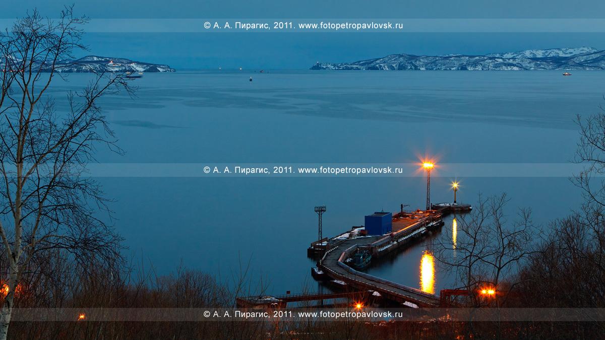 Фотография (панорама): ворота (вход) в Авачинскую губу (бухту). Причал нефтебазы, микрорайон Сероглазка города Петропавловска-Камчатского