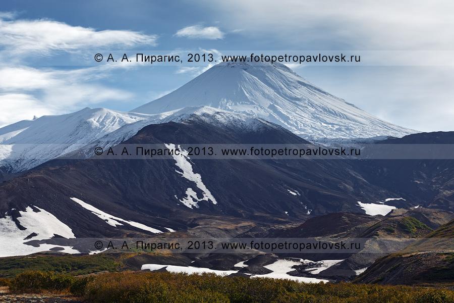 Фотография: осенний камчатский пейзаж — живописный вид на действующий вулкан Авачинская сопка (Авача). Полуостров Камчатка