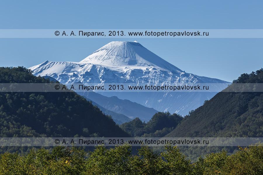 Фотография: активный (действующий) Авачинский вулкан, вид с Налычевской долины на полуострове Камчатка