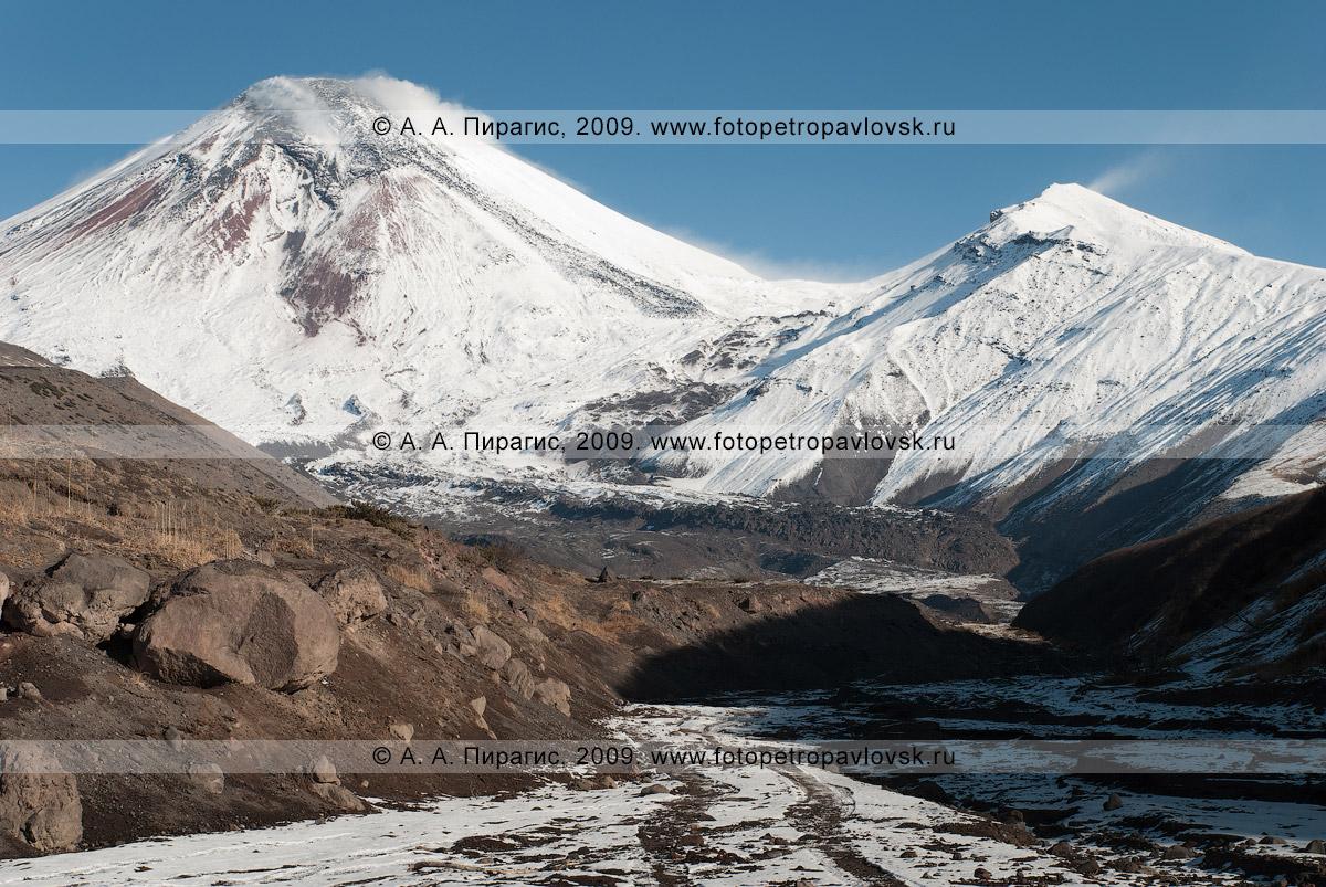 Фотография: камчатский пейзаж — Авачинский вулкан (Авача) — действующий (активный) камчатский вулкан. Справа на фотографии — сопка Угловая, или Сарай. Вид на вулкан с сухой речки