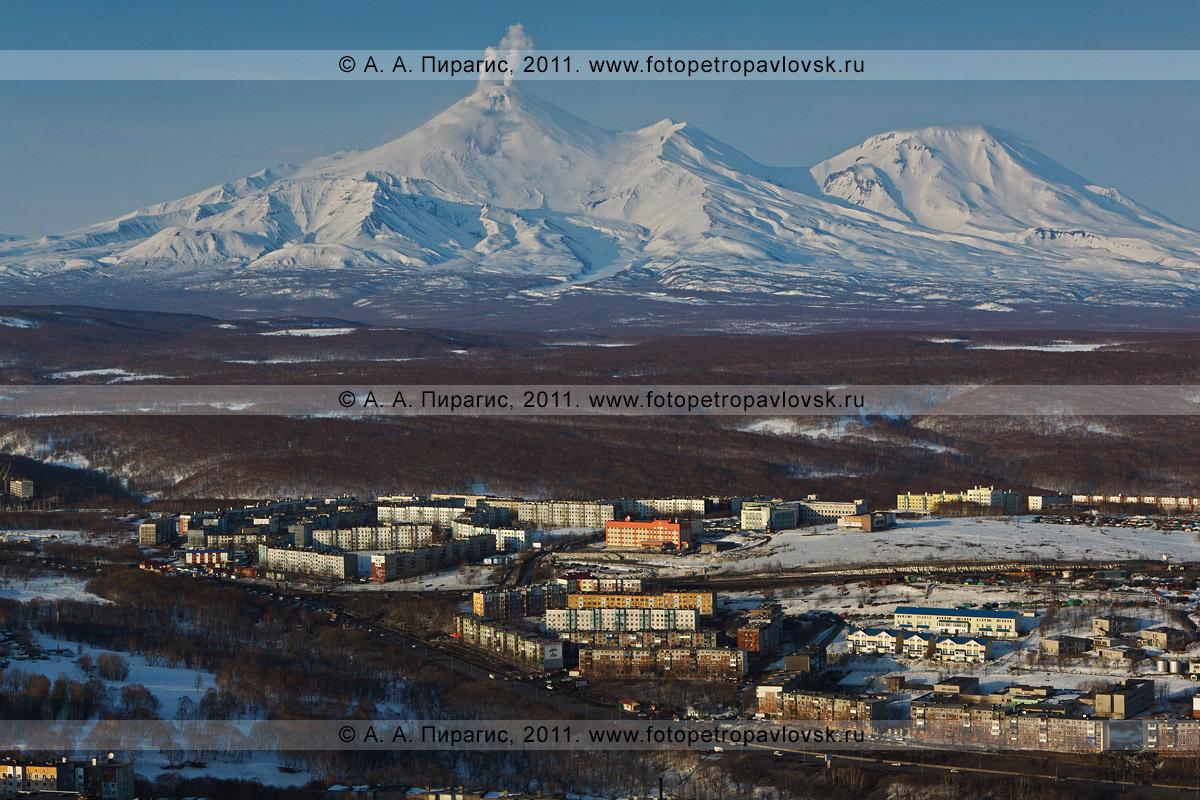 Фотография: вулканы Камчатки — Авачинский вулкан, Козельский вулкан. Город Петропавловск-Камчатский