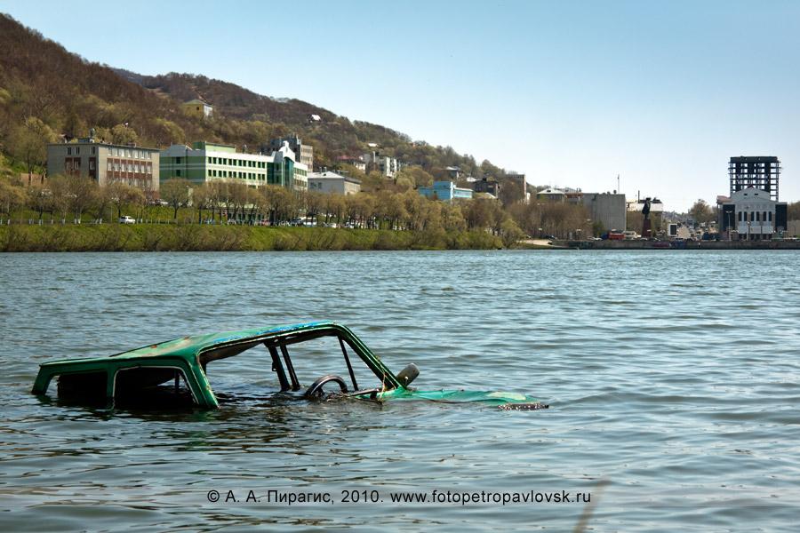 Фотография: плавающий автомобиль в Култучном озере Петропавловска-Камчатского