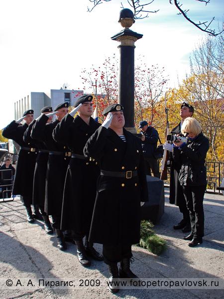 Камчатские военные моряки отдают воинское приветствие памяти основателю Петропавловска — Витусу Йонассену Берингу