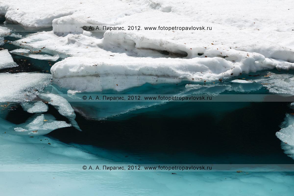 """Фотография: памятник природы Камчатки """"Голубые озера"""". Свое название Голубые озера получили из-за красивого природного явления — чистая вода и лед на дне озера отражают солнечный свет так, что стоящим на берегу озера цвет воды видится фиолетовым или голубым, в зависимости от времени года и количества льда на дне"""