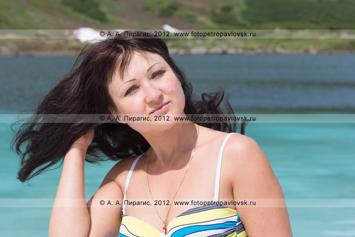 Фотография: портрет симпатичной девушки на фоне Голубых озер — памятника природы Камчатки