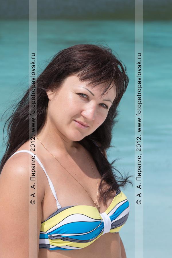 Фотография: девушка в купальнике на фоне голубого горного озера на Камчатке