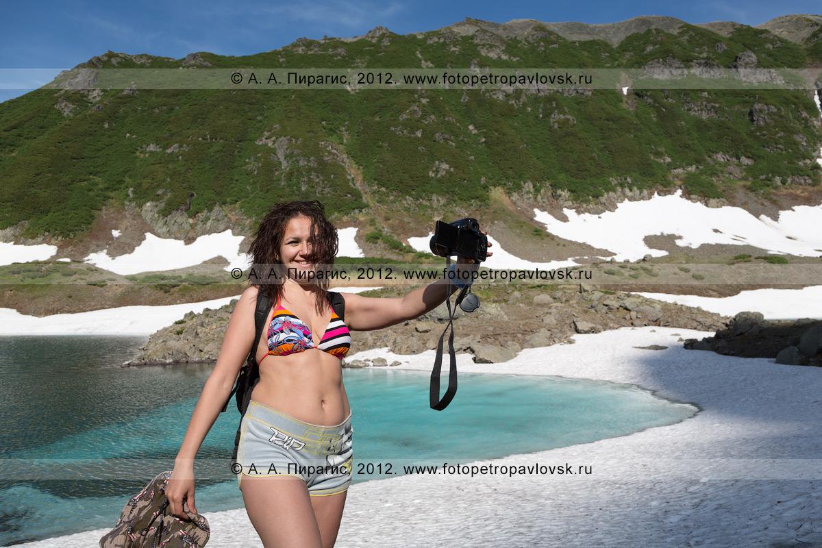 Фотография: девушка-туристка делает селфи на фоне Голубых озер на Камчатке