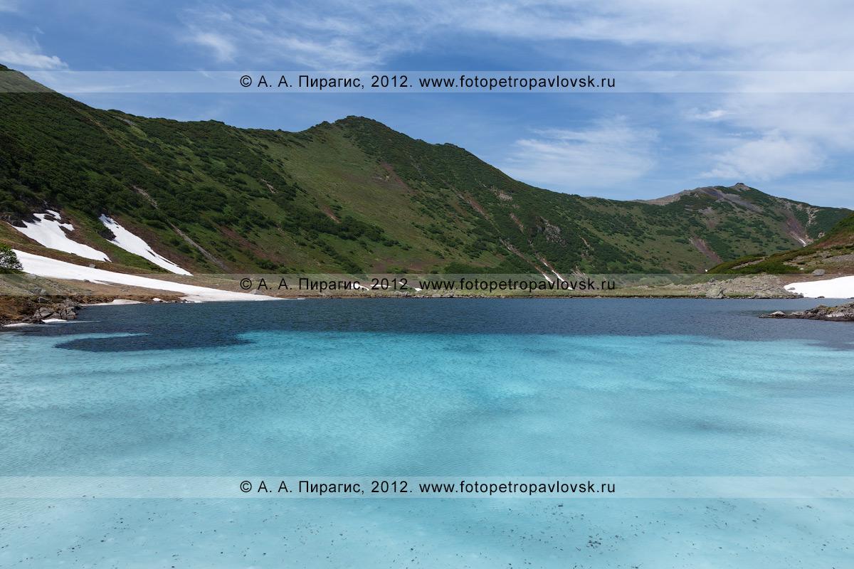 Фотография: Голубые озера на Камчатке, получившие свое название из-за интересного природного явления — чистая вода и лед на дне озера отражают солнечный свет так, что стоящим на берегу озера цвет воды видится голубым или фиолетовым, в зависимости от сезона года и количества льда на дне