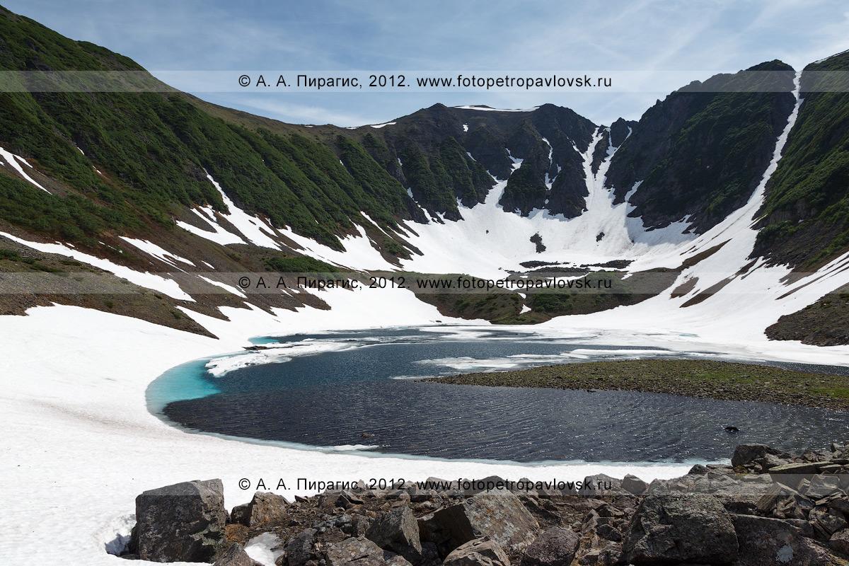 Фотография: Голубые озера — система живописных озер на полуострове Камчатка, расположенная в ледниковой котловине, на высоте 800 метров над уровнем моря