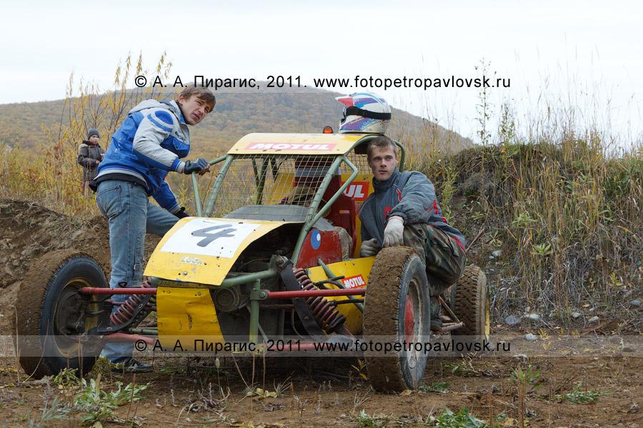 Фотография: камчатские спортсмены-автогонщики и багги. Соревнования по автомобильному спорту — баггикроссу в городе Елизово (полуостров Камчатка)