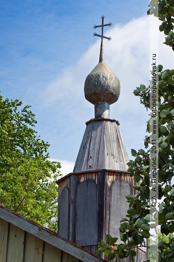 """Фотография: деревянный купол с православным крестом на недействующей церкви Во имя иконы Божией Матери """"Живоносный источник"""" в селе Паратунка на Камчатке"""