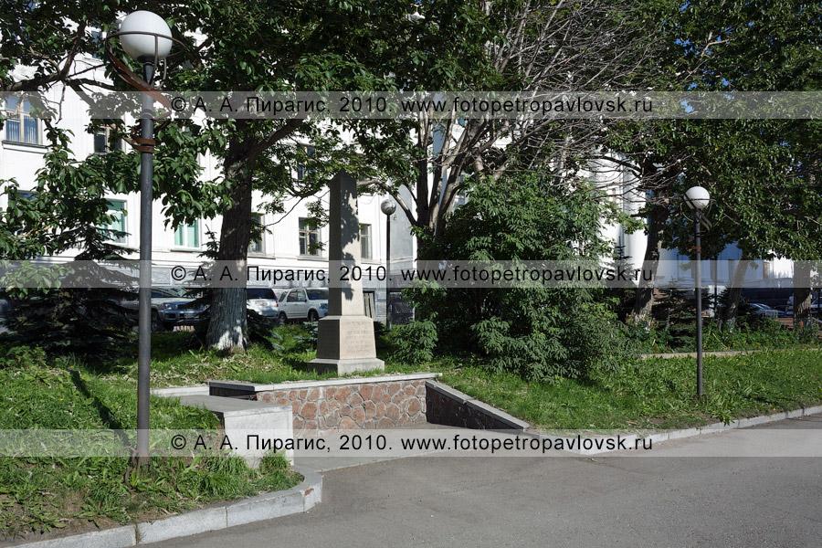 Фотография: памятник на могиле английского мореплавателя Чарльза Кларка (Клерка) (Charles Clerke) в историческом центре Петропавловска-Камчатского