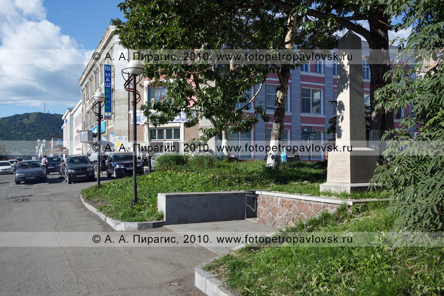 Фотография: памятник на могиле английского мореплавателя Чарльза Клерка (Кларка) (Charles Clerke) в городе Петропавловске-Камчатском