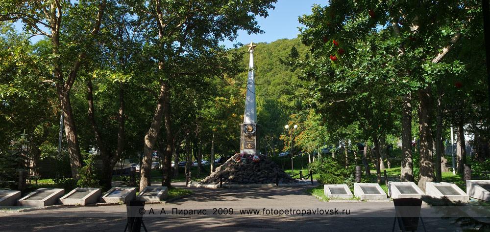 Фотография: памятник освободителям Курильских островов в августе 1945 года (Курильская десантная операция)