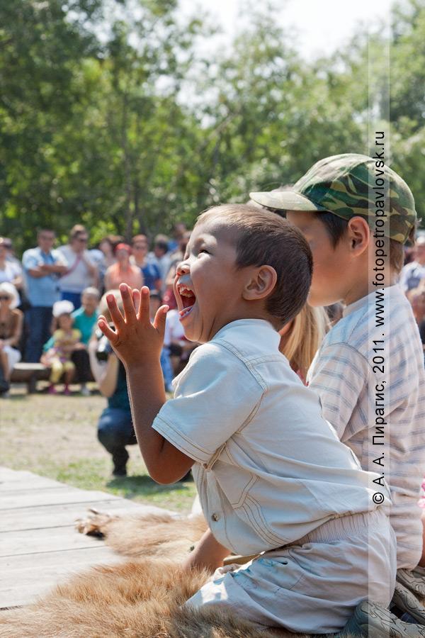 """Фотография: восторг и аплодисменты юного зрителя. День аборигена на Камчатке. Этническая площадка """"В гостях у Кутха"""" (Петропавловск-Камчатский)"""