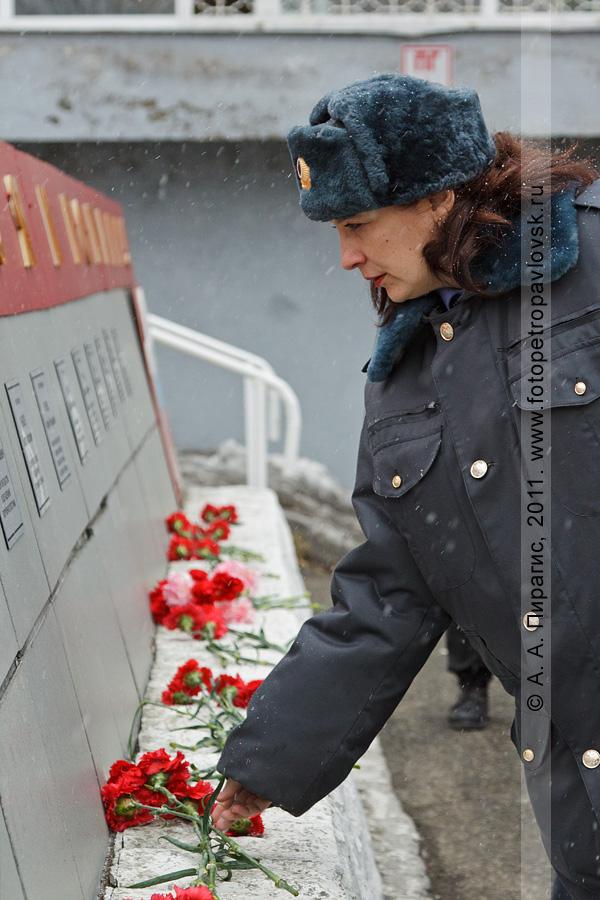 Фотография: возложение цветов к мемориалу памяти сотрудников камчатской милиции, погибших при исполнении служебного долга. День камчатской милиции